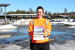 Johanne viser Miljøposten 2019-2020
