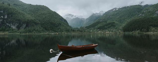 Båt i fjord.